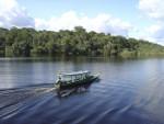 Boot op rivier in Brazilië