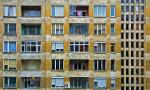 Gezicht op oude flat in een stad