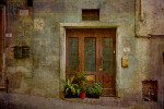 oude bruine voordeur van wooning in frankrijk