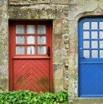 Blauwe en beige voordeur van oude woningen in Frankrijk