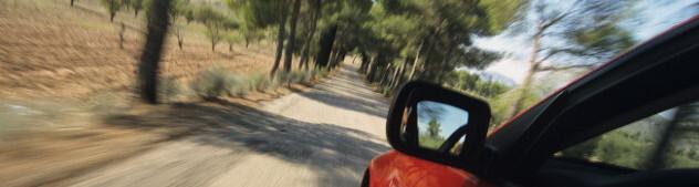 Rode auto op plattelandsweg Frankrijk