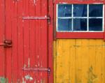 Oude rode schuur met gele deuren