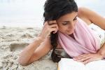 vrouw die boek leest op strand