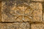 Oude steen met kruis