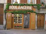Etalage van lokale bakker in dorpje in Frankrijk