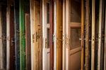 Set van oude deuren voor hergebruik
