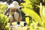 Oudere vrouw aan het werk in haar tuin