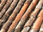 Oude dakpannen op woning frankrijk