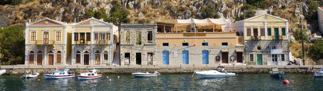 Traditionele Griekse huizen op het eiland Simi