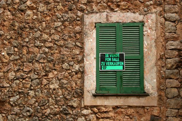 Schild mit Inschrift: Haus zu  verkaufen