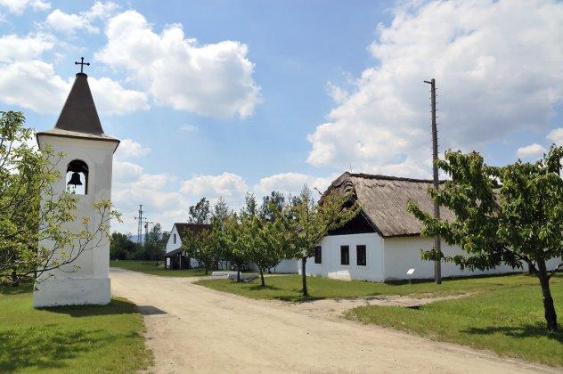 traditioneel Hongaars dorp met kerk