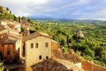 Toscaanse stad bij zonsondergang