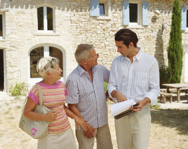 Makelaar verkoopt huis aan ouder  echtpaar