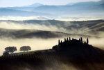 Ochtendnevel in de Val d'Orcia nabij Siena in Toscane