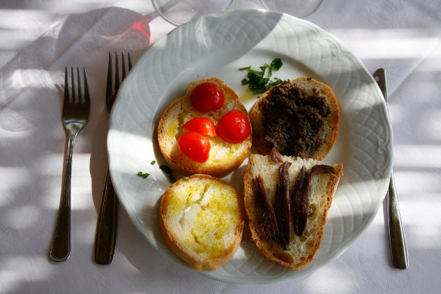Lunch in Italie met sardientjes,  olijfolie, tomaten en brood