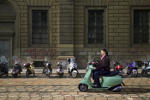 Vrouw op scooter in Milaan