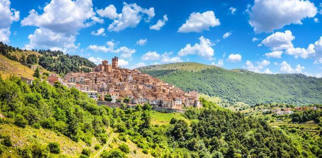 Stad in de bergen in de Abruzzen