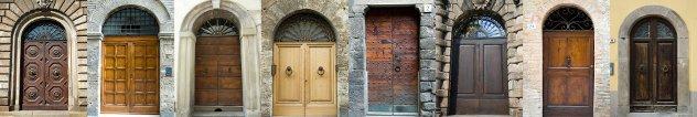 rijtje oude  houten  voordeuren