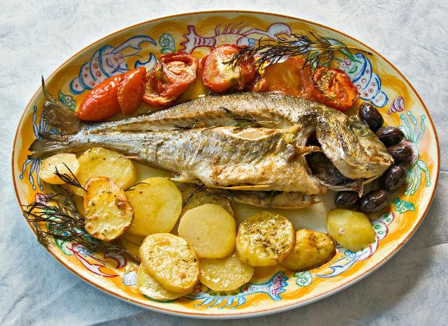 Lunch in Spanje met vis, tomaten en  aardappelen