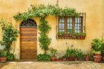 Spaanse woning met planten voor de deur