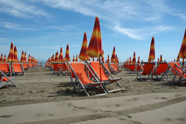Spaans strand  met ligstoelen