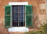 Mediterraans raam van een woning op het eiland Mallorca