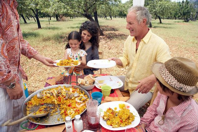 Spaans  gezin eet paella