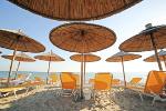 Strand met parasols in Andalusie