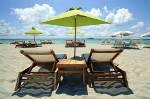 Strandstoelen en parasols op zonnig strand