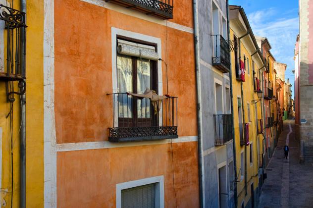 Huizenmarkt Spanje : Steegje met huizen in pastelkleuren in een dorp in de regio Cuenca, Castilië-La Mancha, Spanje