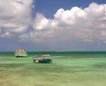 Vissersboten dobberen op zee voor de Surinaamse kust