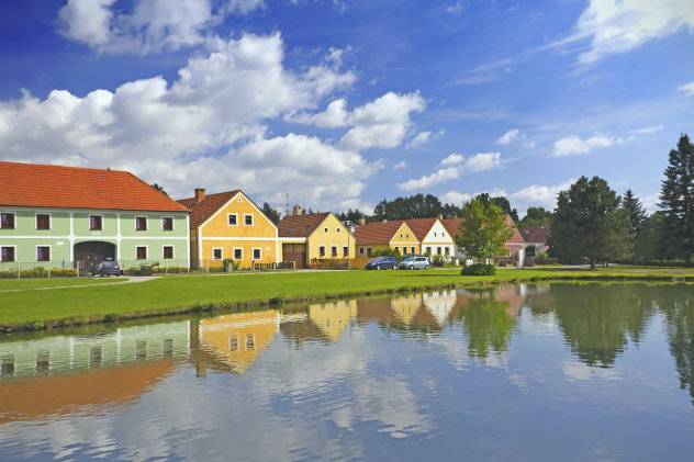 Kleurrijke woningen in Zabori, Tsjechie