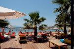 Toeristen genieten van hun vakantie op het strand van Bitez in Bodrum, Turkije