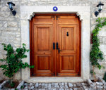 Houten deur van een woning in het centrum van de kustplaats Cesme in de regio Izmir