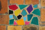 Keramisch mozaïek motief in muur van huis in Mediterraanse regio