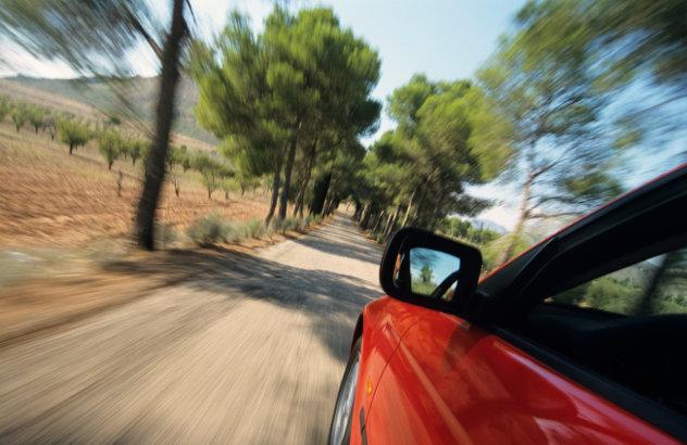 Rode auto op het platteland