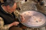 Een Turkse kopersmid aan het werk in Safranbolu