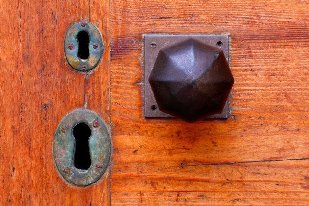 Oud slot in mooie eiken voordeur