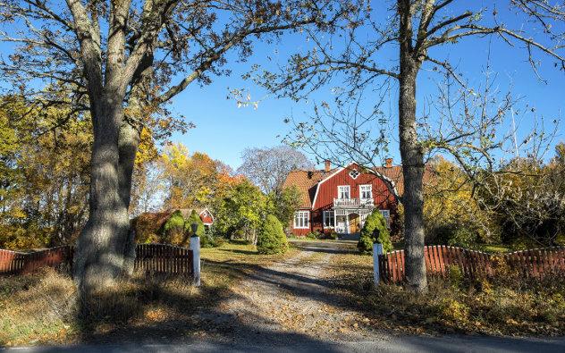 Traditionelles Wohnhaus in der schwedischen Landschaft