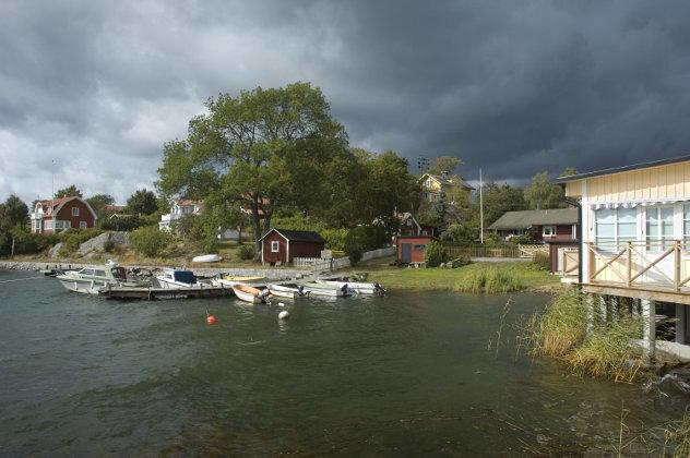 Stormluchten boven een haven op het Zweedse platteland