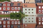 Weerspiegeling van huizen in water in Jämtland, Zweden